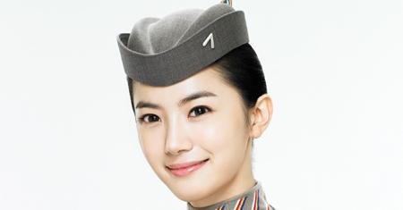 Корейские стюардессы отказываются ходить в юбках