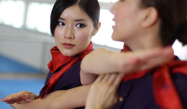 Hong Kong Airlines обучает стюардесс ушу